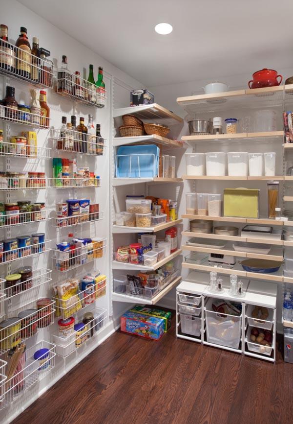 壁を効果的に使った食品庫